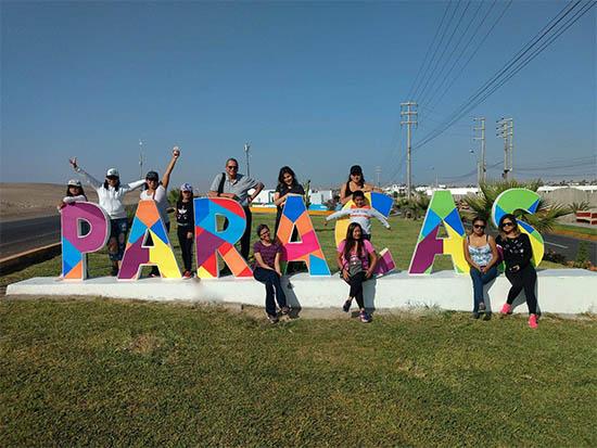 foto de turistas en las letras de bienvenida a Paracas